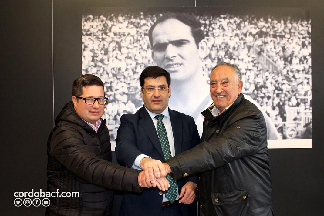 León, en el centro, junto a Jorge Hernández y Diego Moreno. Foto: Córdoba CF