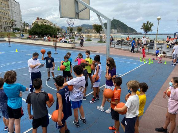 Exito en las actividades de basket de agosto en la 'Jaula de Sagüés'