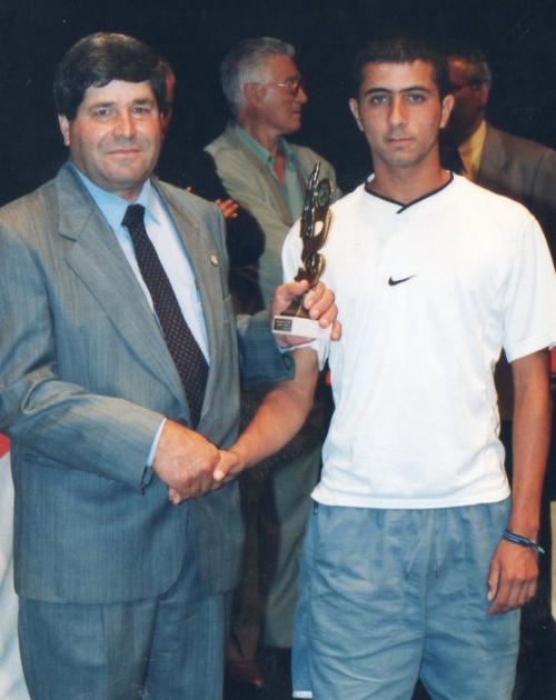 Nuestro jugador David González recibiendo un premio de la F.I.F.L.P.