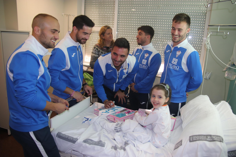 sdsEl CFI Alicante visita a los niños y niñas de oncología y les dedicará un partido.