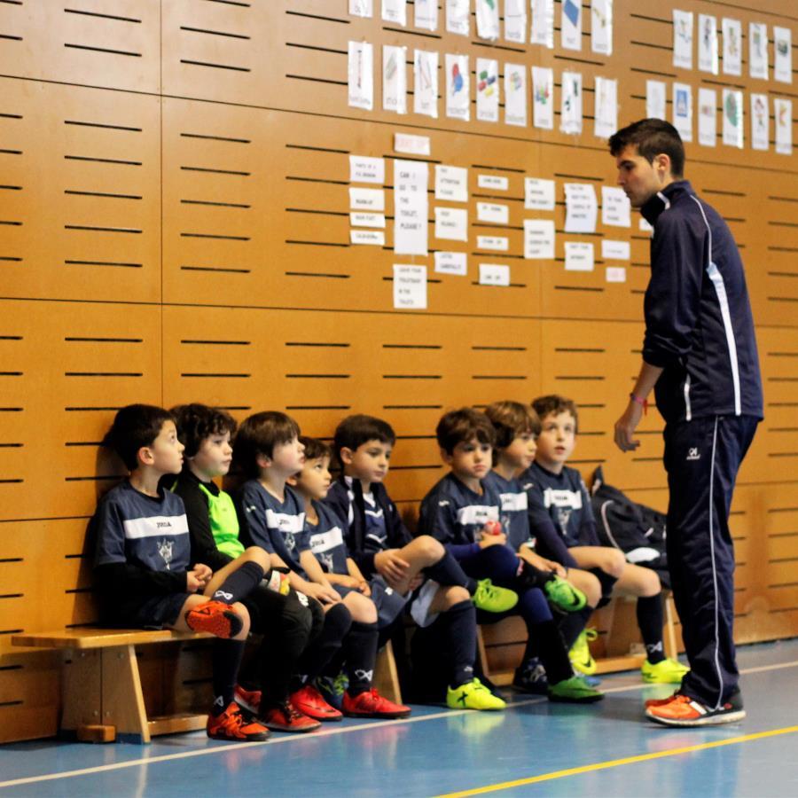 Escuchando con atención las indicaciones del entrenador