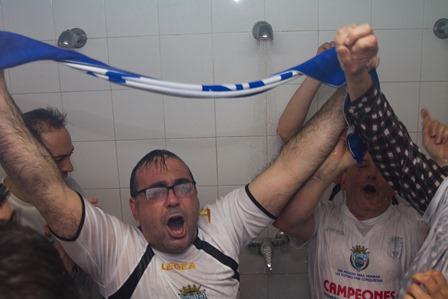 Un seguidor muy fiel y especial, el alcalde también se fue a la ducha.