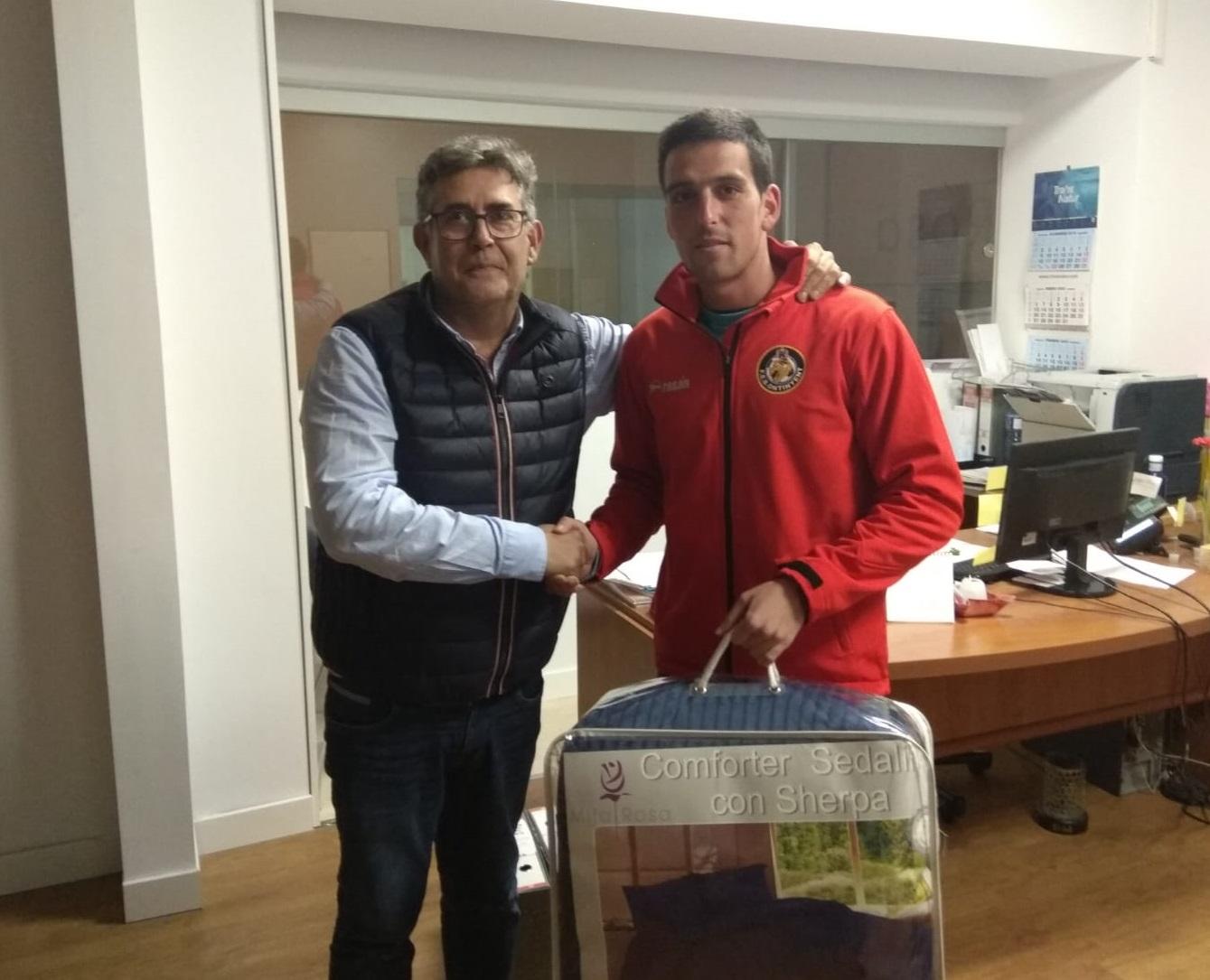 MilaRosa entrega el premi al guanyador: Ivan Arcos