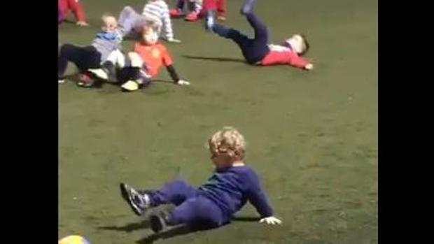 El genial ejercicio de entrenamiento de un niño que ha enamorado a las redes sociales